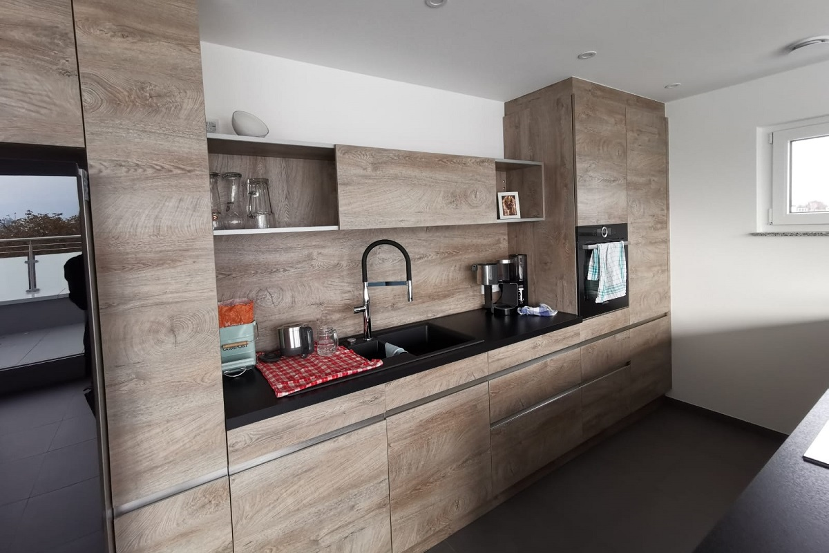 Moderne Küche in Holzoptik
