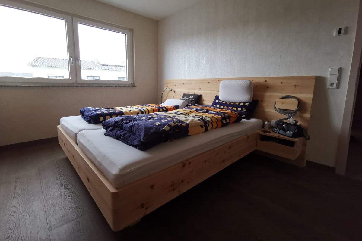 Modernes Holzbett
